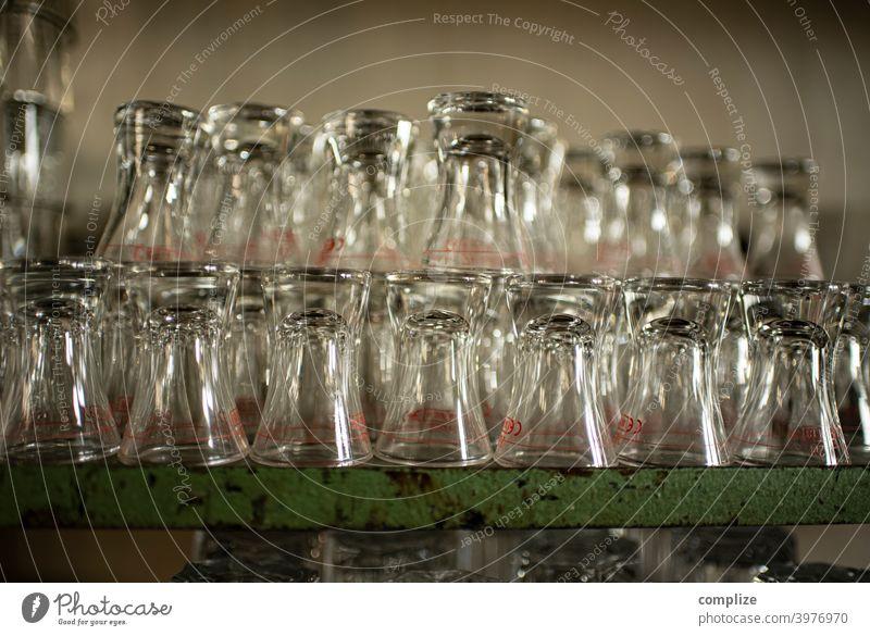 Schnapsgläser Bier Gläser Theke Kölsch kölschglas bar Kneipe regal gespült Gastronomie Glas sauber Pub alkohol ausschank Schnapsglas gestapelt