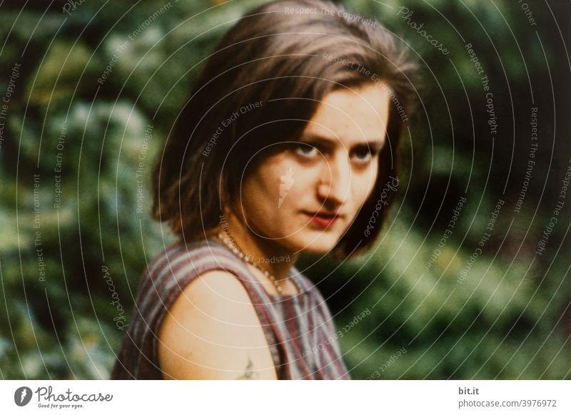 Junge Frau mit misstrauischem, verkopftem Blick. teenager Jugendliche Gesicht Porträt jung Kopf Mensch Erwachsene attraktiv Coolness Lifestyle gutaussehend