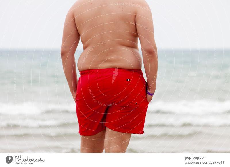 Baywatch – Übergewichtiger Mann am Strand Urlaub Dick Speck Speckrolle dick Meer Bauch Ferien & Urlaub & Reisen Fett Sommer Wasser Schwimmen & Baden Mensch