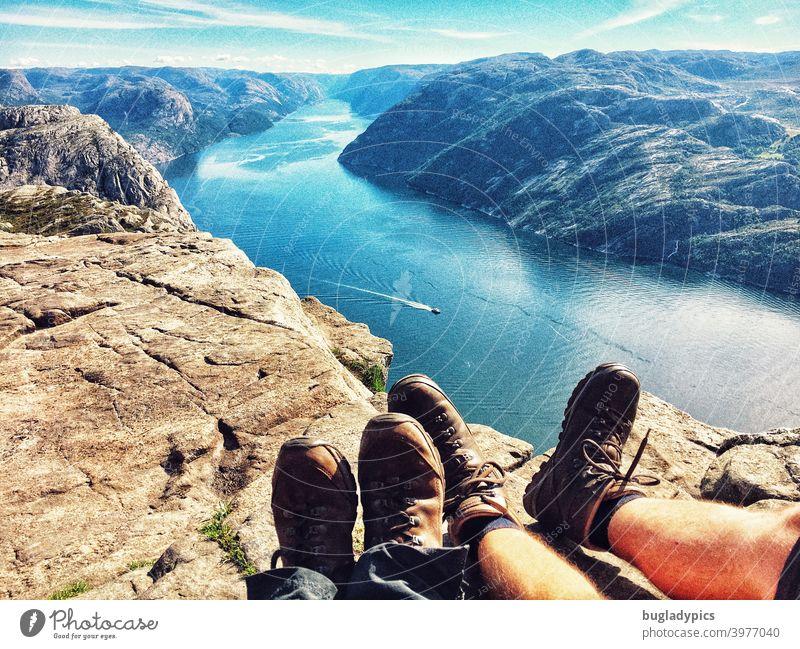 Füße ausruhen mit Aussicht über den Lysefjord Fjord Fjordausblick Meer Berge u. Gebirge Wasser Norwegen Skandinavien Ferien & Urlaub & Reisen Himmel Natur
