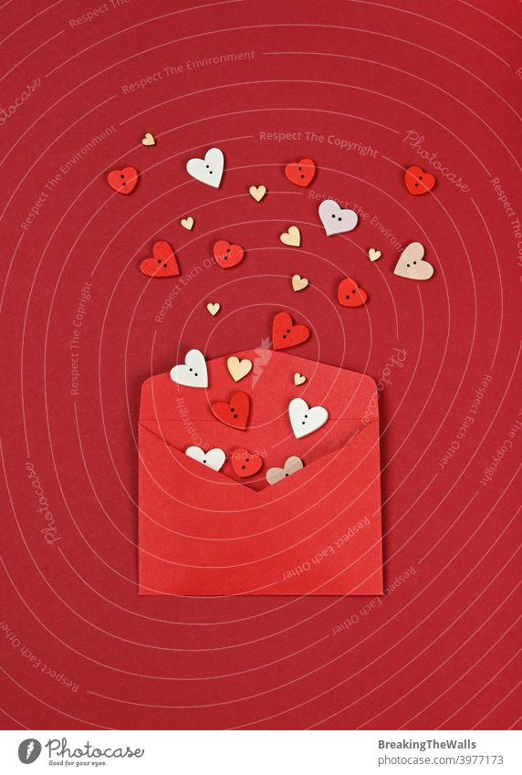 Weiße Herzen aus rotem Papier Umschlag Liebe Form hölzern Schaltfläche Kuvert kastanienbraun weiß Hintergrund Nahaufnahme Textfreiraum Feiertag festlich