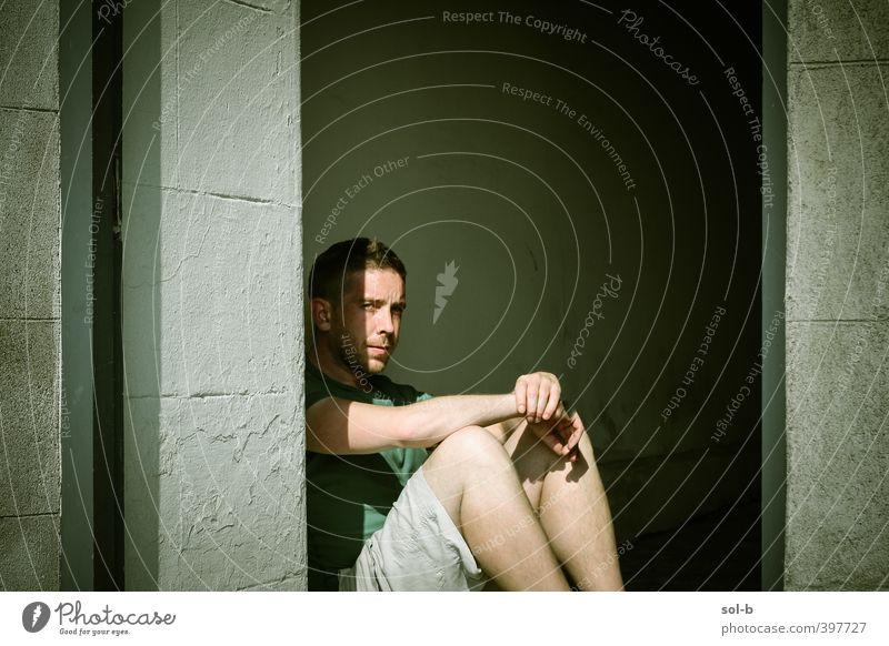 Alhan maskulin Junger Mann Jugendliche Erwachsene 1 Mensch 18-30 Jahre Mauer Wand Armut rebellisch grün Langeweile Eingang sitzen Stadtleben Erholung Stimmung