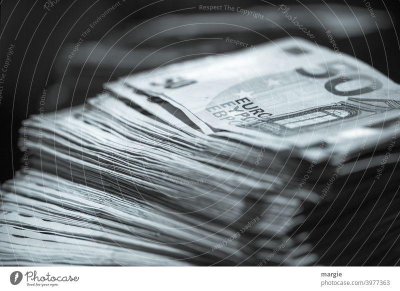 Ein Stapel mit 50 Euro- Scheinen Geld Geldscheine Kapitalwirtschaft sparen Erfolg kaufen Wirtschaft Bargeld Einkommen Business bezahlen Investition Vermögen