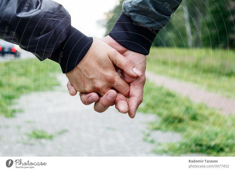 Frau mit einem Mann, der eine Hand hält Paar Liebe männlich Partnerschaft zwei Menschen jung romantisch Romantik Zusammengehörigkeitsgefühl Zusammensein Freund