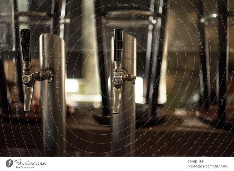 Arbeitsloser Zapfhahn Bier Gläser Theke Kölsch kölschglas bar Kneipe regal gespült Gastronomie Glas sauber Pub alkohol ausschank zapfhahn feierabend sperrstunde