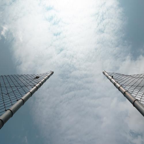 Ballfreiheit Luft Himmel Wolken Schönes Wetter Sportplatz Fußballplatz Gitternetz Eingang Ausgang hoch Gefühle Frühlingsgefühle Neugier Fernweh Partnerschaft
