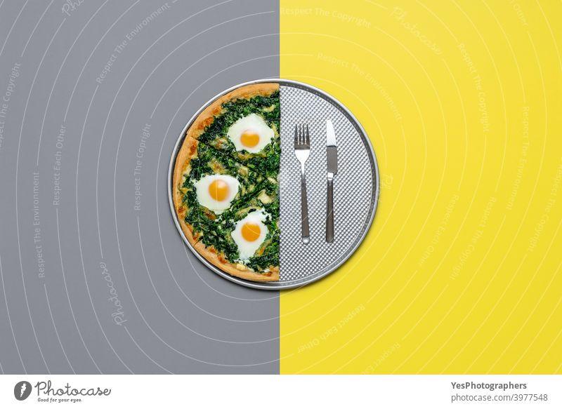 Vegetarische Pizza mit Ei und Spinat, Ansicht von oben. Halbe Pizza isoliert auf grau und gelber Farbe Italienisch Käse Farbe des Jahres farbiger Hintergrund