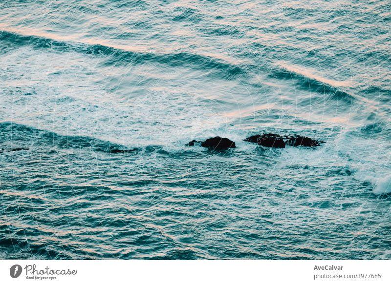 Luftaufnahme des Ozeans mit den Wellen und Felsen während eines hellen Tages, entspannende Szene auf Blautönen Ozeane Kopierbereich Meditation Ruhe Texturen