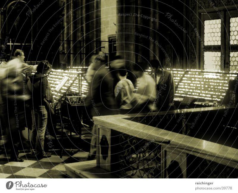 Eine kurze Unterbrechung der Zeit Kerze Gebet ruhig Stephansdom Ritual Licht innehalten Boxenstopp Menschengruppe Bewegung Schwarzweißfoto Einkehr Sammlung