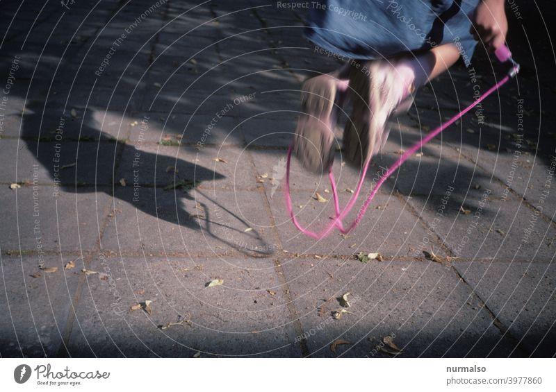 Sprung Springen Art seilspringen freizeit Sport mädchen springseil Spass Draussen Bewegung Schatten Figur fliegen gesund Kindergarten Sportunterricht