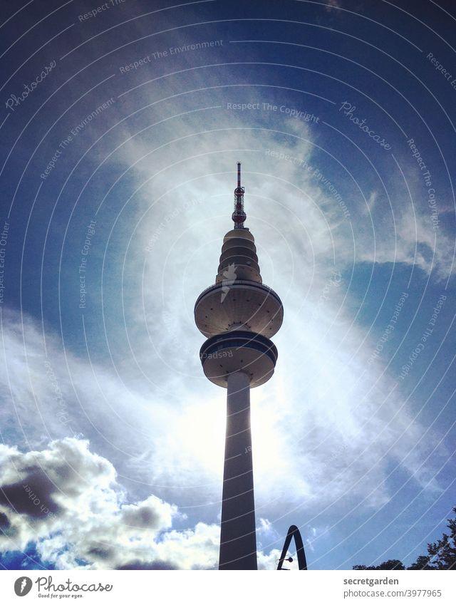 Im Windschatten vom Hamburger Fernsehturm. blau Tag Ferien & Urlaub & Reisen Farbfoto Spitze hoch Städtereise Menschenleer Großstadt Deutschland Außenaufnahme