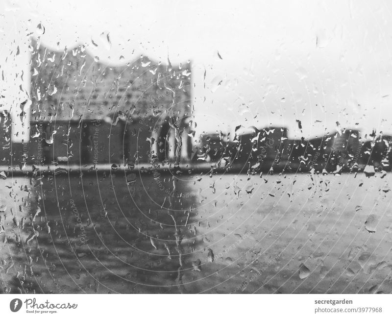 Schemenhaft erkennt man die.... Elbphilharmonie Hamburg Hamburger Hafen Tourismus reise Hafenstadt Sehenswürdigkeit Wahrzeichen Bauwerk Gebäude außergewöhnlich