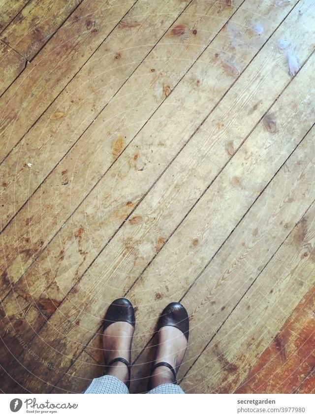 Mit beiden Beinen fest im Leben stehen. Treppe Holz Dielenboden Holzdielen Retro Altbau Altbauwohnung Architektur Häusliches Leben Wohnung Holzfußboden