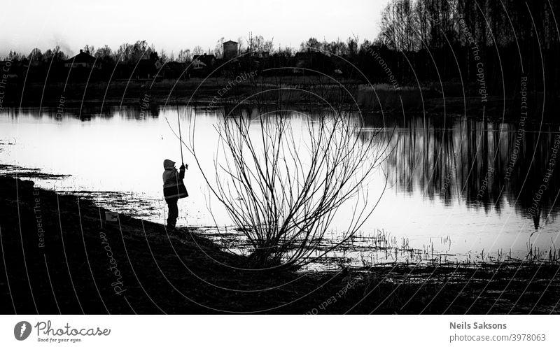 Fisch ist nicht notwendig / Entspannung am Fluss nach dem Frühjahrshochwasser Aktion Aktivität Angler Unschärfe Windstille dunkel Abenddämmerung Fischer Fischen
