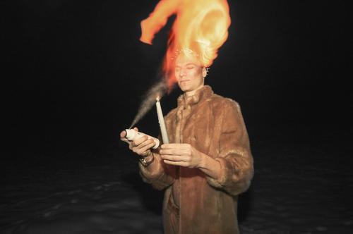Dieser wilde Mann spielt mit dem Feuer. Gekleidet in Pelz in dieser kalten Winternacht macht er einige gefährliche Tricks. Er wird zum Brandstifter. Kerze Fell