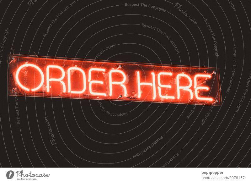 Schild ORDER HERE Schilder & Markierungen Neonlicht neonfarbig Neonlampe rot Schriftzeichen Werbung Beleuchtung Buchstaben Leuchtbuchstabe Werbeschild