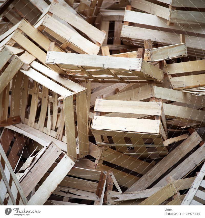 Holzkistenhaufen holzkiste wurf durcheinander landwirtschaft rohstoff instabil aufbewahrung kaputt übereinander Ablage chaos unordnung