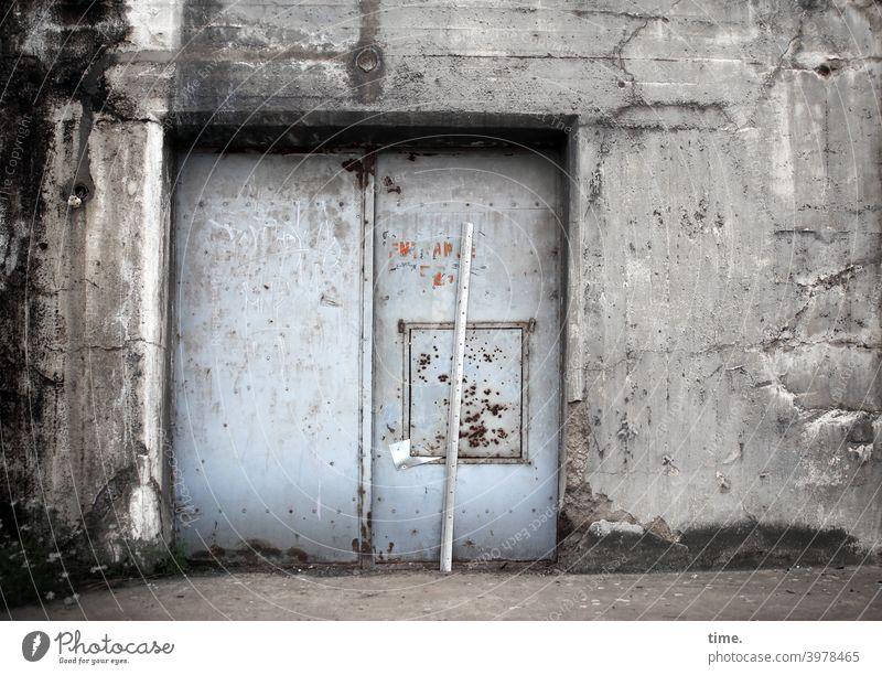 Entrees (27) tür metall mauer eingang lost places kratzer beton zerkratzt trashig kaputt lack oberfläche kratzspuren gebäude bunker leiste blech