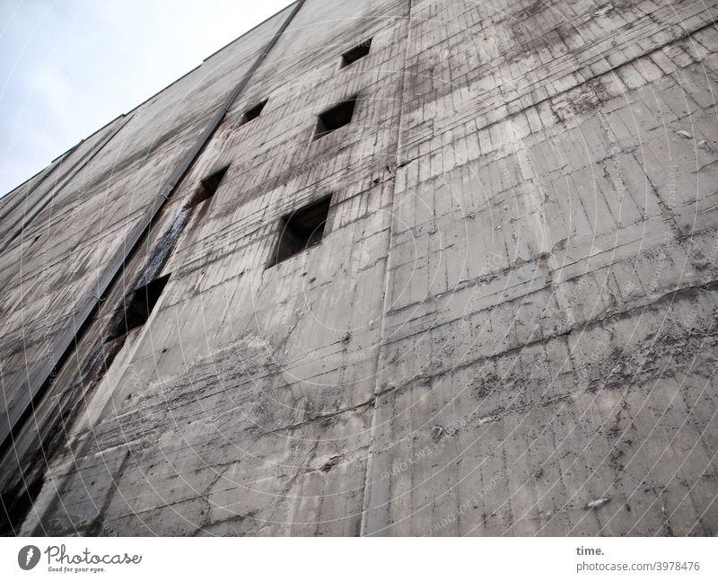 Sicherungskasten (1) wand bunker beton hoch architektur mauer fenster luken linien fugen himmel stark mächtig sicherheit schutz angst kraft gewaltig bedrohlich