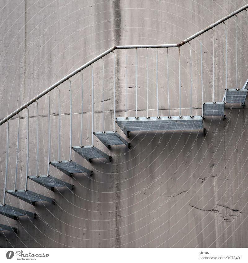 _/- treppe wand beton aufwärts stahltreppe stufen eisen geländer treppengeländer handlauf treppenabsatz rost architektur bauwerk außentreppe