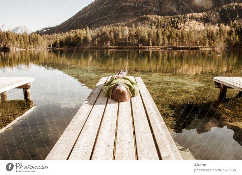 ...bis alles vorbei ist! Frau Steg See Wasser Sonnen Sonnenbad ländlich liegen ruhen ausruhen Baden Badesee Herbst Sommer Ferien & Urlaub & Reisen Wanderjacke