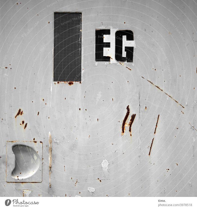 Entrees (26) tür fenster fahrstuhl erdgeschoss eg buchstaben griff einlassung metall glas kratzer zerkratzt trashig kaputt lack oberfläche kratzspuren