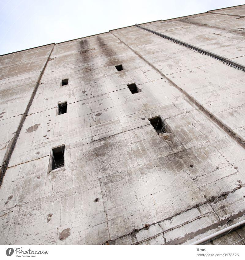 Sicherungskasten (2) wand bunker beton hoch architektur mauer fenster luken linien fugen himmel stark mächtig sicherheit schutz angst kraft gewaltig bedrohlich