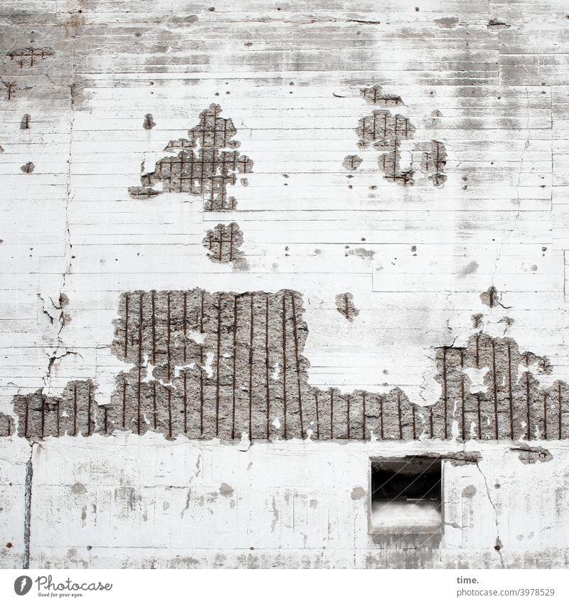 Futterklappe mauer wand stahlmatte rutsche beschädigt trashig kaputt lost places beton bröckeln alt historisch loch rätsel geheimnisvoll