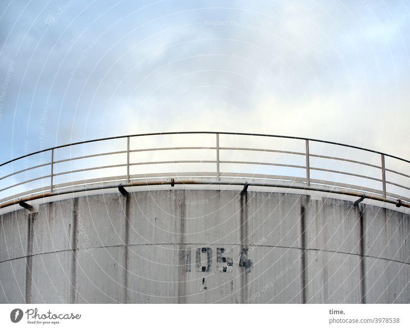 Geschichten vom Zaun (94) silo beton geländer himmel wolken stein architektur zahl 1054 verwaschen witterung behälter rätsel geheimnisvoll lager industrieanlage