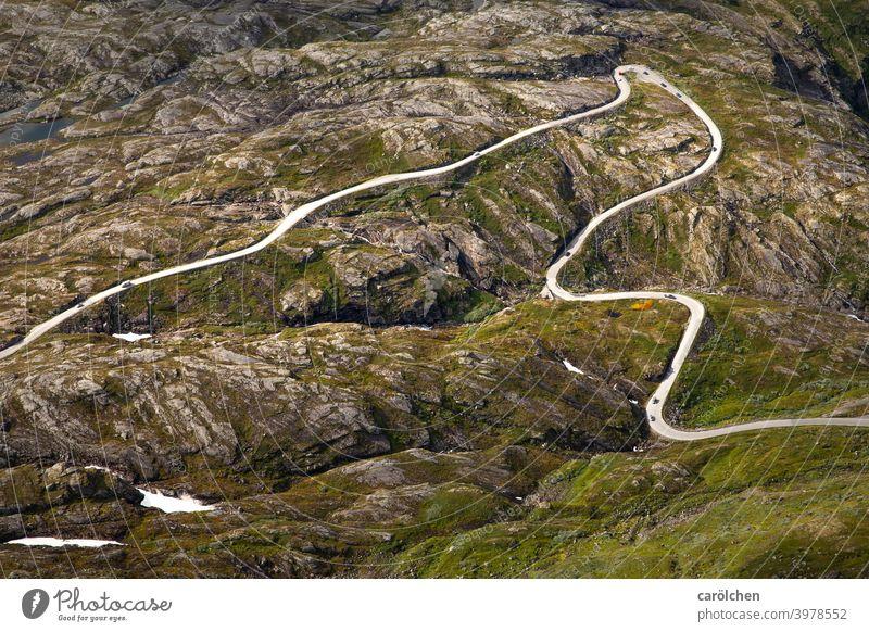 Straße durch felsige Landschaft in Norwegen Straßenverkehr Bergstraße Fjell alpin Berge u. Gebirge Verkehrswege kurvenreich Kurven Kehre Felsen