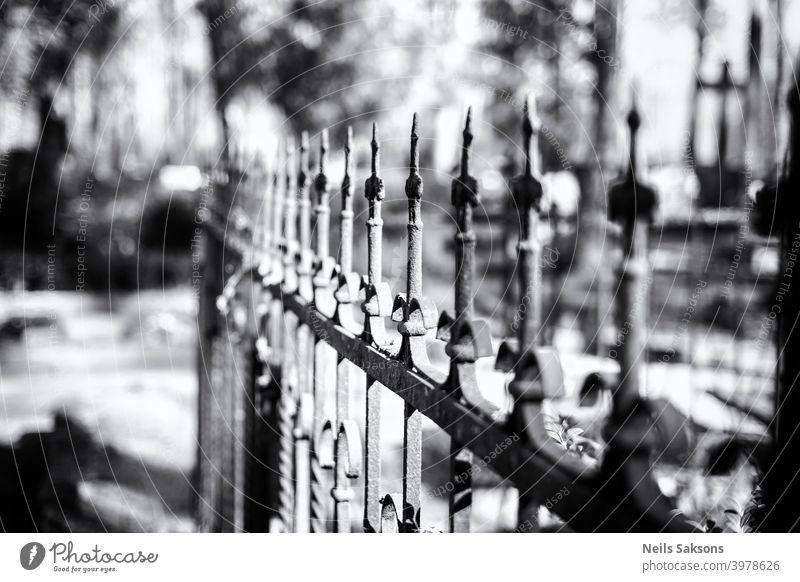 Hundert Jahre alt Gusseisen Zaun um Familiengrab in einigen Land Friedhof in Lettland. Perspektive aus vielen gleichen Meisterwerken der Kunst. antik Antiquität
