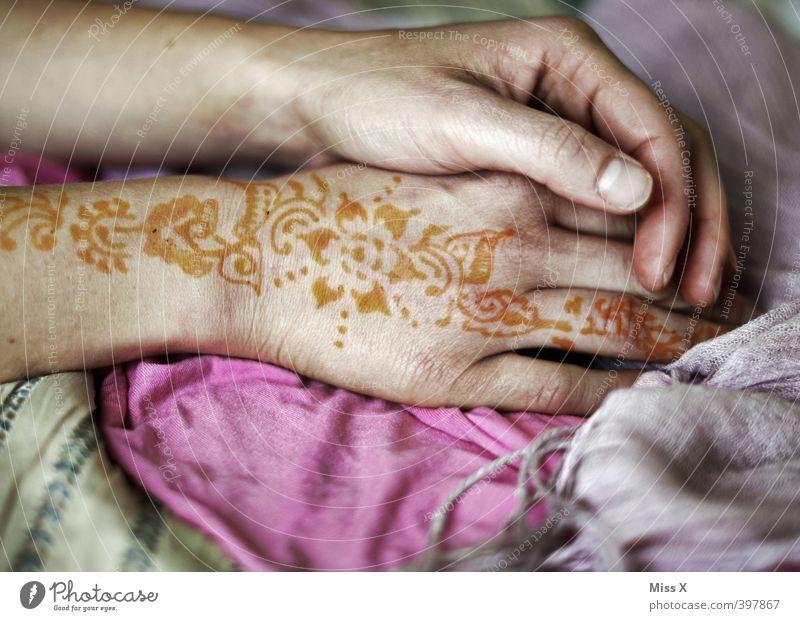 Henna Hochzeit Mensch feminin Junge Frau Jugendliche Erwachsene Arme Hand Finger 18-30 Jahre Kunst zeichnen Gefühle Stimmung Liebe Verliebtheit Hennamalerei