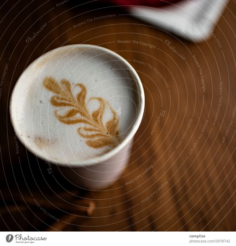 Cafe to go Barista latte latte macchiato cappuccino take away holz herz holztisch kreation getränk mitnehmen zum becher kaffee cafe schaum milchschaum muster