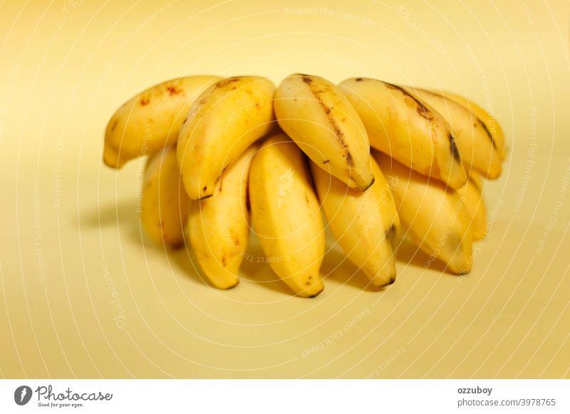 Bananenstrauß isoliert auf gelbem Hintergrund Frucht Snack Lebensmittel reif Haufen Gesundheit tropisch Nahaufnahme frisch Diät organisch Frische süß