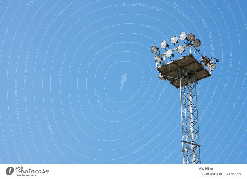 Beleuchtungsanlage Lichtmast Flutlicht Himmel stadionbeleuchtung flutlichtanlage scheinwerfer lampe Elektrizität strahler Mast Lampe Lampen Gerät Energie