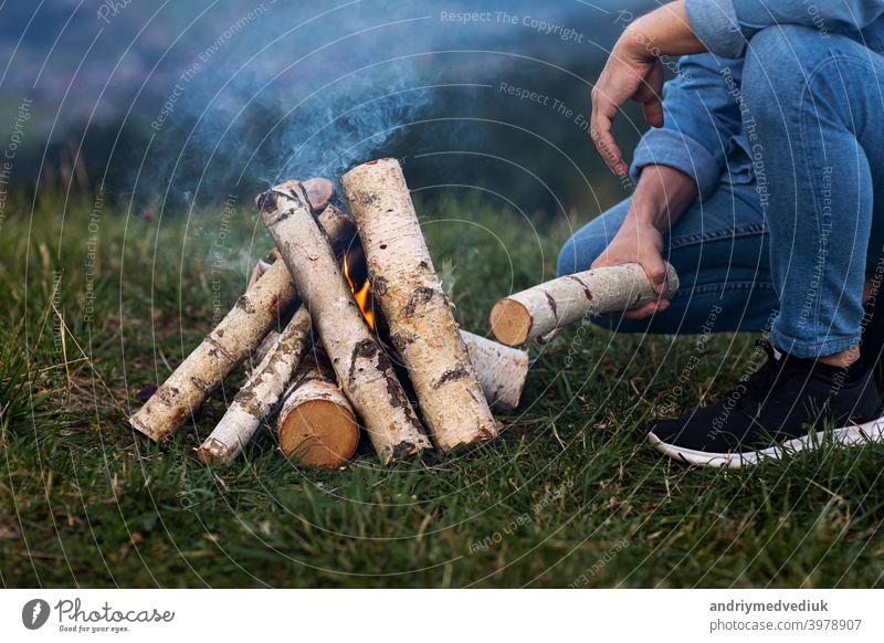 Reisende Mann auf Camping in den Bergen im Freien. Einrichten Camping Feuer. Wald Winter Streichholz jung Flamme Brennholz Natur Holz Freudenfeuer Tourismus
