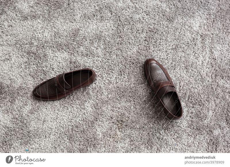 Klassische männliche braune Lederschuhe auf grauem Teppich Hintergrund. Bräutigam Morgen hölzern klassisch Schuhe Männer Paar elegant Mode Reichtum Stil