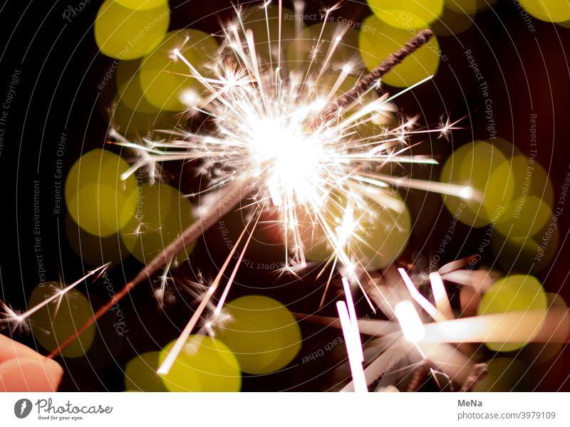 Brennende Wunderkerze Sternwerfer Silvester Funken brennen Party Neujahr GutesNeuesJahr Licht Feuerwerk Geburtstagwunsch Glückwünsche grün LichtimDunkeln Feste
