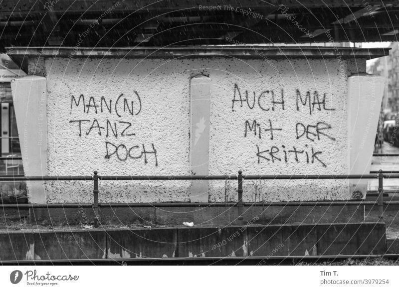 Berlin Pankow ... ein Graffiti Text Tagger Schwarzweißfoto Schönhauser Allee Kritik Tanzen Außenaufnahme Altstadt Stadt Gebäude Altbau Hauptstadt Stadtzentrum