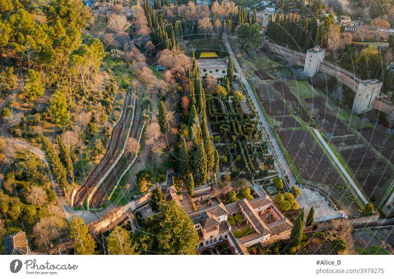 Luftaufnahme der Gärten von der Roten Festung Alhambra Granada Spanien oben Antenne Albaicin Alhambra-Palast antik Andalusien Andalusia arabisch Bogen