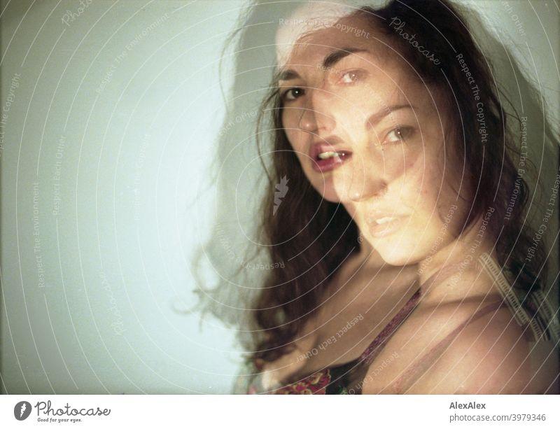 Doppelbelichtung - Porträt einer jungen, brünetten, langhaarigen Frau natürlich schoen lange haare schlank sperren Schulter haut fragend seitlich direkt Gesicht