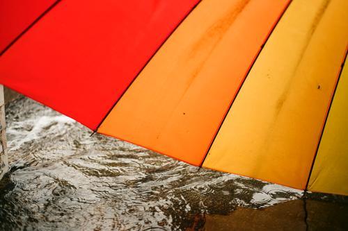 Nahaufnahme von bunten Regenschirm auf regnerischen Tag Wetter Saison nass im Freien Wasser Tropfen Hintergrund Natur Schutz Regentropfen fallen Unwetter