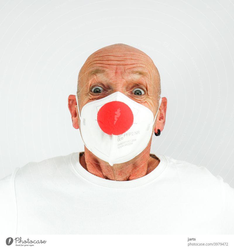 Lustiger Mann mit FFP2 Maske und roter Clownsnase Mundschutz ffp2-maske Mund-Nasen-Maske lachen lustig clownsnase Fasching Karneval Augen Falten Schutz covid-19