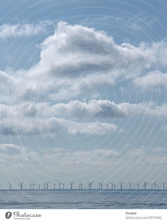 Wolken Meer und Windräder Windradpark windrad Windkraftanlage ökostrom Erneuerbare Energie Elektrizität alternativ Umweltschutz Rotor Energiewirtschaft