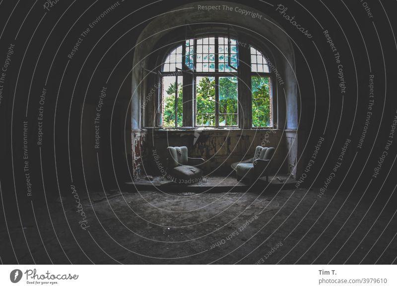 zwei kaputte Sessel an einem kaputten Fenster Innenaufnahme Farbfoto Menschenleer Innenarchitektur Tag Dekoration & Verzierung Licht Möbel Häusliches Leben Raum