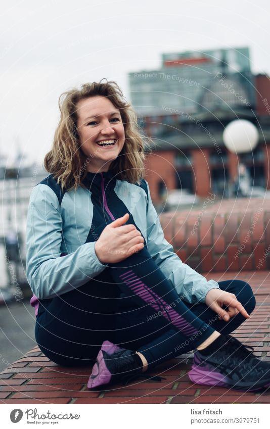 kleine Sportpause für zwischendurch.. Frau lachen Erholung Gesundheit Fitness Außenaufnahme Erwachsene blond Farbfoto Sport-Training sportlich Lifestyle
