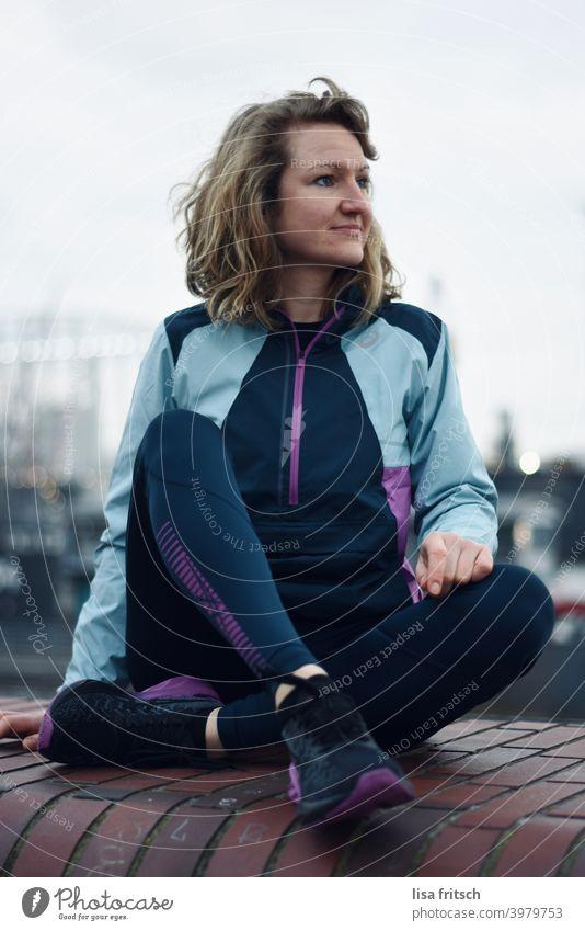 PAUSE Pause Sport Außenaufnahme Farbfoto Sport-Training Gesundheit sportlich Fitness Erwachsene Frau ausruhen erholen Aussicht genießen Ruhe Sportbekleidung