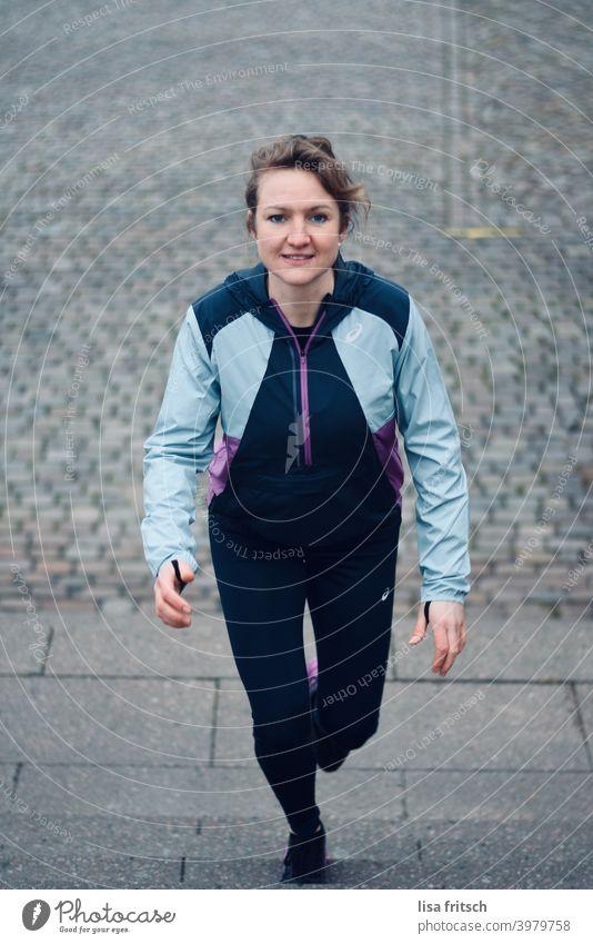 FRAU - SPORTLICH - TREPPENAUFSTIEG Frau 30 Jahre alt Zopf trainingsjacke Trainingshose Fitness Treppenstufen Erwachsene Farbfoto sportlich Sport Sportbekleidung
