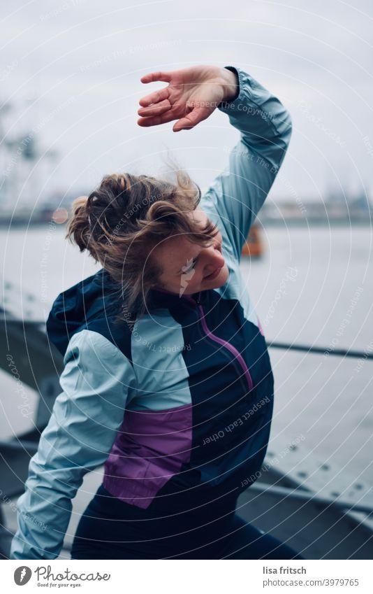 und eins, zwei, drei.. Sport Übung Training stretchen Fitness sportlich Gesundheit aktiv Sportbekleidung Lifestyle Frau Erwachsener 30 Jahre alt Zopf