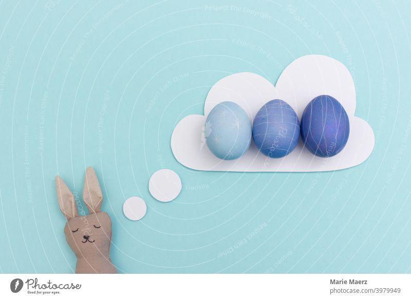 Osterhase träumt von blau gefärbten Ostereiern Hase Design träumen träumend Ostern Ei Eier Spaß lustig Glück Feiertag Humor Einladung planen schlafen müde